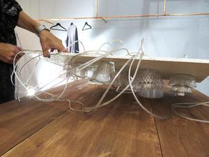 Lampan har Eva Lillhannus tillverkat själv, av skålar som hon köpt på loppis.
