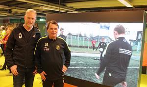Anders Ingemarson, BKV Norrtälje och Janne Stahre från Stahre Academy när Rodengymnasiet hade öppet hus för en tid sedan. Stahre var då på plats för att marknadsföra fotbollsprofilen.