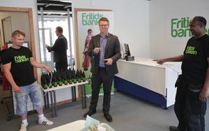 Assisterad av Fritidsbankens Per-Erik Viklund och Abdullahi Kassim gör kommunalrådet Fredrik Rönning (S) klippet som förklarar verksamheten för invigd.