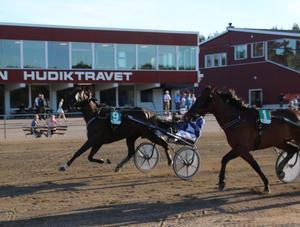 Turboy avslutar starkt till seger tillsammans med Daniel Wäjersten på Hagmyren. Bild: Mats Persson