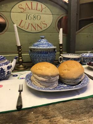 Kokkonsten har gått framåt under seklerna. Här serveras köttstuvning med ymnig rosmarinkryddning på bröd. Det var mycket intressant (men kanske inte svindlande gott) att äta på Sally Lunn's Historic Eating House.