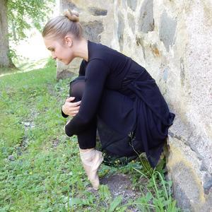 Riina Turunen är utbildad i klassisk balett, jazzdans och modern/nutida dans vid Kungliga svenska balettskolan och vid Dans- och cirkushögskolan i Stockholm.