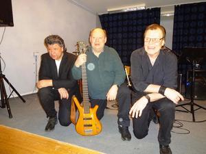 Christer Öberg piano, Ulf Isaksson elbas och Ronnie Sahlén kan känna sig helnöjda med kvällen i Ramviks Folkets Hus.