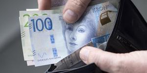 Tjuven, troligen en man som inte talar svenska, kom över cirka 5000 kronor från kvinnans konto.