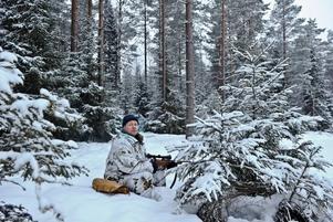 På lördagsmorgonen startade 2011 års jakt på varg i Sverige. Henrik Widlund från Mojsöns jaktlag på pass i skogarna runt Hasselforsreviret.
