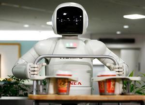 En human robot som serverar kaffe. Foto: David Guttenfelder