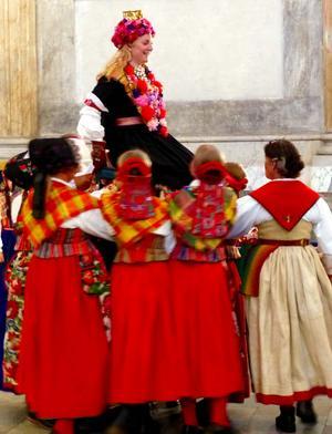 Dräkten visas upp i olika varianter avsedda för olika högtider, här ett bröllop. Foto: Tomas Dolk