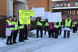 Ett 50-tal medlemmar i Tunetgruppen demonstrerade på tisdagen för Tunetbadets överlevnad. De väntade på politiker på väg in till kommunfullmäktige i gamla stadshuset.