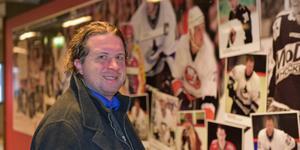 The Athletics Joe Smith är på en blixtvisit i Örnsköldsvik för att bland annat försöka förstå hur den här lilla kommunen kunnat fostra så många NHL-spelare, NHL-spelare av hög klass dessutom.