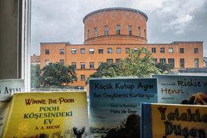 Internationella biblioteket vid Odenplan ligger i ett annex vid Stockholms stadsbibliotek (i bakgrunden). I september stängdes biblioteket, som har böcker och andra medier på 121 språk, och delar av verksamheten flyttar in i Kungsholmens stadsdelsbibliotek. Foto: Simon Rehnström / SvD / TT / Kod: 30386** OUT DN, Dagens Industri (även arkiv), Metro och Expressen **