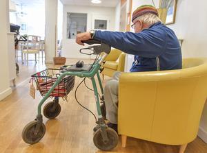 Insändarskribenten tycker att då vi lever allt längre så borde vi också jobba längre upp i åldrarna.