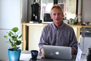 Bo-Marcus Lidström sitter på kontoret och tar emot bokningar.