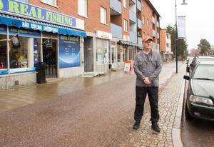 Jim Johansen, ägare till butiken Real Fishing, tycker att kommunen borde införa p-skiva för att få större omsättning på parkeringsplatserna i centrum.