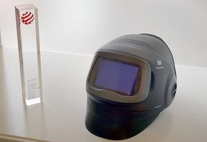 Den i dagarna lanserade och designprisbelönade hjälmen. Red Dot-utmärkelsen intill har 3M fått tidigare, för en annan produkt.
