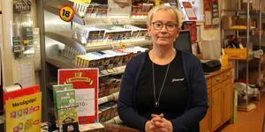 Maria Jansson vid Janssons tobak kommer att fortsätta sälja tobaksprodukter trots de höjda avgifterna.