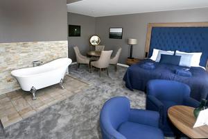 Vill man bada på rummet men ändå vara social, bjuder vissa sviter på badmöjligheter med en lite udda placering.