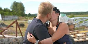 En kyss mellan Lina från Venjan och skogsbonden Per. Foto: TV4