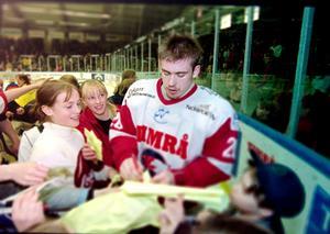 Henrik Zetterberg hade under vintern fått sitt stora genombrott i JVM och blev en stor profil i hela Hockeysverige.