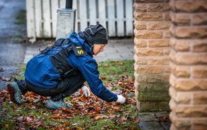 En polis arbetar med att leta efter spår  på platsen där man misstänker att skotten kan ha avlossats ifrån.