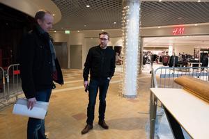 Nordeks Martin Söderström och Martin Gidlund inspekterar gallerian.