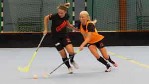Therese Gustavsson och Jonna Sjöberg i en duell under måndagens träning.