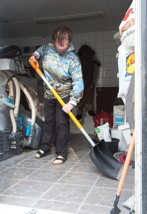 Ann Charlott Nörgaard Nilsson berättar att hon fick använda sopskyffeln för att få bort vattnet.