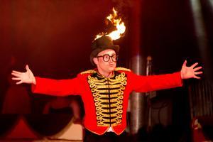Det var varmt i cirkustältet under tisdagen, vilket inte minst märktes under Wolf Brothers framträdanden.