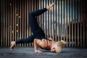 I soma move arbetar man med kroppen som sitt motstånd och med underlaget som redskap.