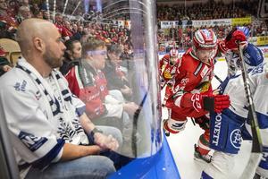 Tuffa tag på isen och publiken i Jalas arena kommer nära spelet.