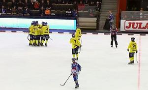 Tellus jublar på slutsignalen efter att ha besegrat Villa Lidköping. Bild: Skärmdump från Bandyplay.se.