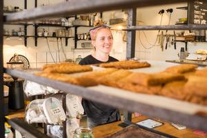 I sin butik i Funäsdalen säljer Veronika Westerlund och Erik Rosander bröd, kakor och kaffe.