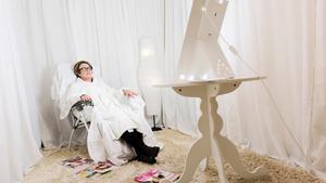 Färglöst. Rummet som Annika Kristensson får ljusterapi i är nästan helt vitt. Principen är att inredningen ska distrahera så lite som möjligt. Därför bär hon även en vit morgonrock.