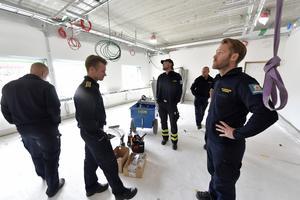 Johan Bodin och personal från Mora räddningstjänst bekantar sig med deras nya arbetsplats.