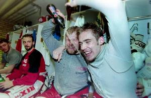 Anders Huss och en ung Henrik Zetterberg efter avancemanget till Elitserien 2000