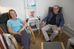 Friskvårdskonsulten Carina Berglund Andersson och psykoterapeuten Kari Bjuhr har ibland kunnat erbjuda parterapi där de tar emot ett par samtidigt.