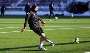 Janne Netzler var tillbaka och vikarierade för nye målvaktstränaren David Preece under måndagen. I vanlig ordning var det shorts som gällde.