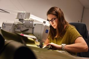 Emelie Dillner och flera sömmerskor har kontinuerligt jobb med produkter åt industrikunder som Hägglunds på försvarssidan.
