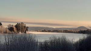 Solen skiner och det är lite kalldimma över vattnet. Några riktiga vinterdagar.  Anita Segeholm, Färila