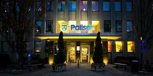 Det brann i arresten i polishuset i Västerås på söndagsmorgonen. En man i 25-årsåldern misstänks för grov mordbrand.