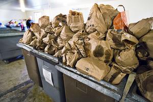 Enligt Naturvårdsverket slängs 1,3 miljoner ton mat per år i Sverige.