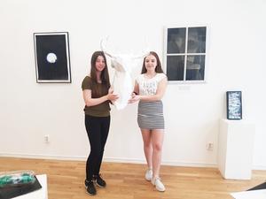 Viaskolans niondeklassare ställer ut sin konst på Konstpoolen 24 -25 maj. Här visar Moa Beland och Maja Petersson ett vitt hjorthuvud.  Foto: Maria Oscarsson Marle