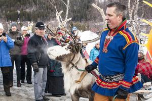 Renen är central i samisk kultur, här är det renrajden som kommer ner till Risnäset på fredagens invigning. Simon Wetterlund bär sin kolt från Karesuando.