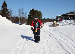 Kjell Andersson går ut på vårisen med siktet inställt på ett grund i Pråmviken där han vet att det brukar finnas gott om fisk.
