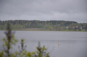 Sjöutsikt. Området som ska bebyggas är beläget norr om Lindesjön och öster om Torphyttan, och bara ett stenkast från Lindeskolan