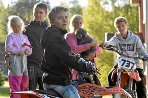 Crossfamilj. Motocrossen är hela familjen involverad i, förutom Martin är det lillasyster Ebba, pappa Sony Broman, mamma Bia Folkesson, hunden Hugo och storebror Jonathan som också kör. Foto:  Thomas Eriksson