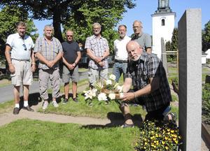50 år efter examen som möbelsnickare träffade de forna klasskamraterna frigen och lade då ned en krans på läraren Olle berglunds grav.
