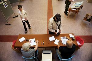 Valförrättare prickar av i röstlängderna för varje person som röstar, även vid förtidsröstning och röstning från andra orter.