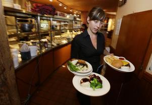 I USA är restauranglönerna så låga att man behöver ha flera jobb för att klara sig - och även i Sverige kostar det restauranganställda uppemot fyra gånger mer att vara med i a-kassan än andra yrkesgrupper!