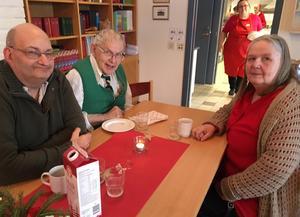 Bernt-Ove Johansson, tv, och Marie Eriksson, th, har firat jul på Mariagården förr. Och Stig Lundin, i mitten, hängde med då hans fru hjälper till i köket .