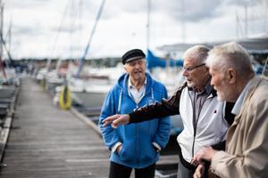 Vi hjälper varandra en hel del med båtarna, alltid är det ju något som ska fixas, säger Hans Fröbom.